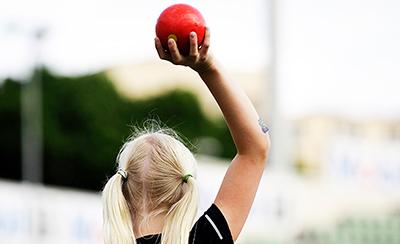 Idrettslek jente kulestøt